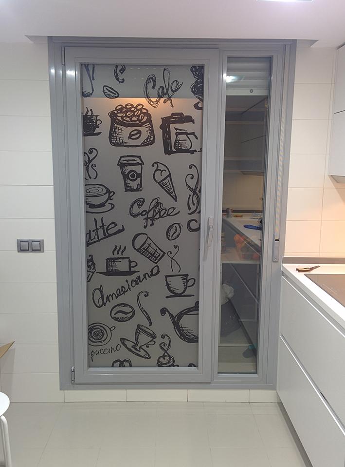 Ventana entre salon y cocina - Cristales decorativos para puertas de interior ...